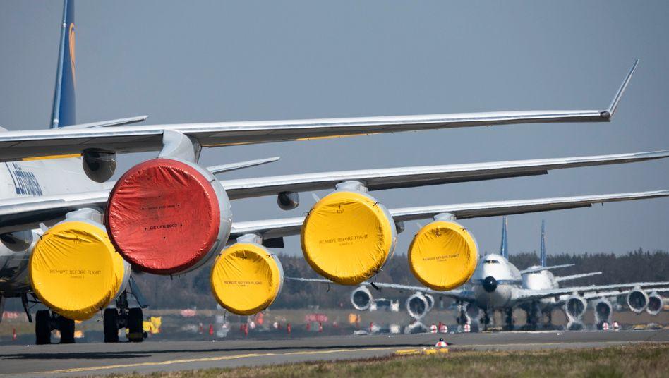 Stillgelegte Lufthansa-Jets auf der Rollbahn des Flughafens Frankfurt: Zahl der Mitarbeiter dürfte von 130.000 auf 120.000 schrumpfen