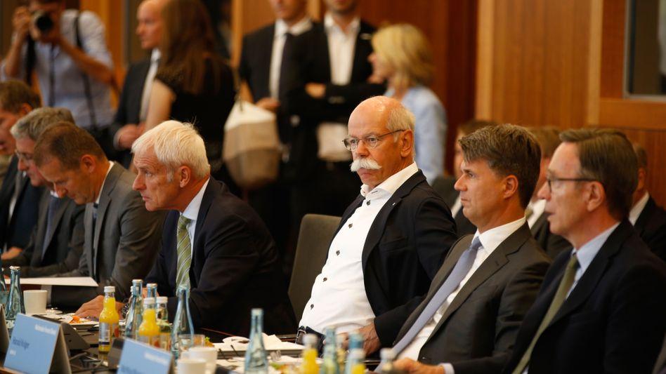 Unter Kartellverdacht: BMW-Chef Harald Krüger (rechts) ist über das Vorgehen von Daimler (Dieter Zetsche, Mitte) und Volkswagen (Matthias Müller, links) alles andere als glücklich. Denn die Wettbewerber haben einen Antrag auf Kronzeugenregelung gestellt