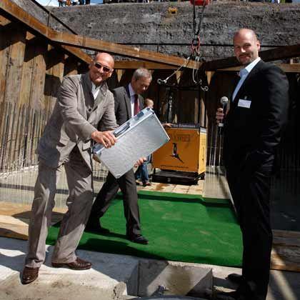 Noch stehen alle auf der Erde: Grundsteinlegung für den Windtunnel in Bottrop, links Jochen Schweizer