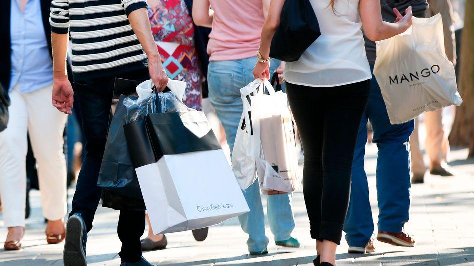 Shoppen: Im dritten Quartal stiegen die Löhne stärker als die Preise, so dass die Tarifbeschäftigten real 1,8 Prozent mehr Geld übrig hatten