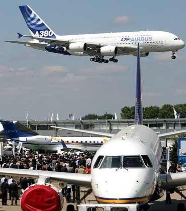 Im Landeanflug: A380 über dem Gelände der Luftfahrtmesse