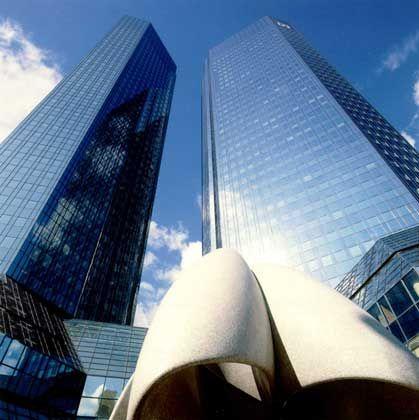 """Dem Himmel entgegen: Die zwei Bürohochhäuser der Deutschen Bank, im Volksmund """"Soll und Haben"""" genannt, erheben sich 155 Meter über die Frankfurter Taunusanlage und wurden 1984 errichtet, geplant von den ABB-Architekten."""