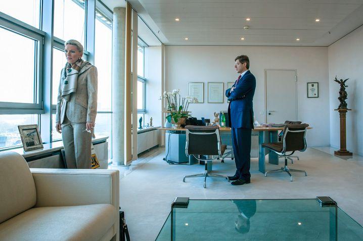 Foto aus früheren (ebenfalls angespannten) Zeiten: Maria-Elisabeth Schaeffler-Thumann und Sohn Georg Schaeffler im Büro in Herzogenaurach.