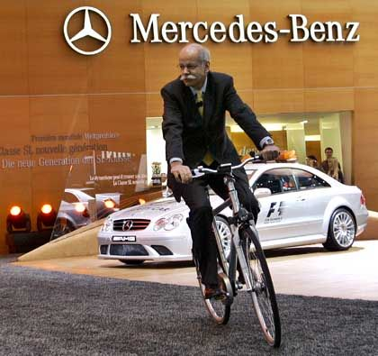 Absatz erfreulich: DaimlerChryler-Chef Zetsche auf ungewohntem Untersatz