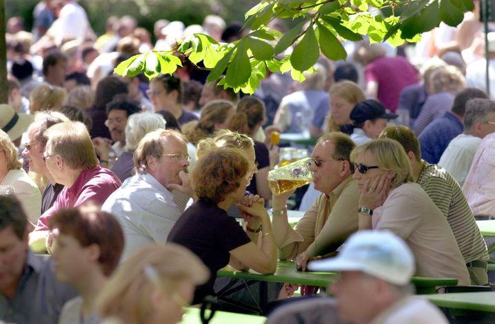 Platz für 7000 Besucher: Der Biergarten am Chinesischen Turm im Englischen Garten ist einer der größten in München