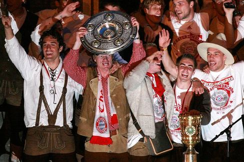 Meisterfeier des FC Bayern München: Der letzte Champions-League-Triumph war 2001, doch jetzt gibt es den Titel für Sparsamkeit