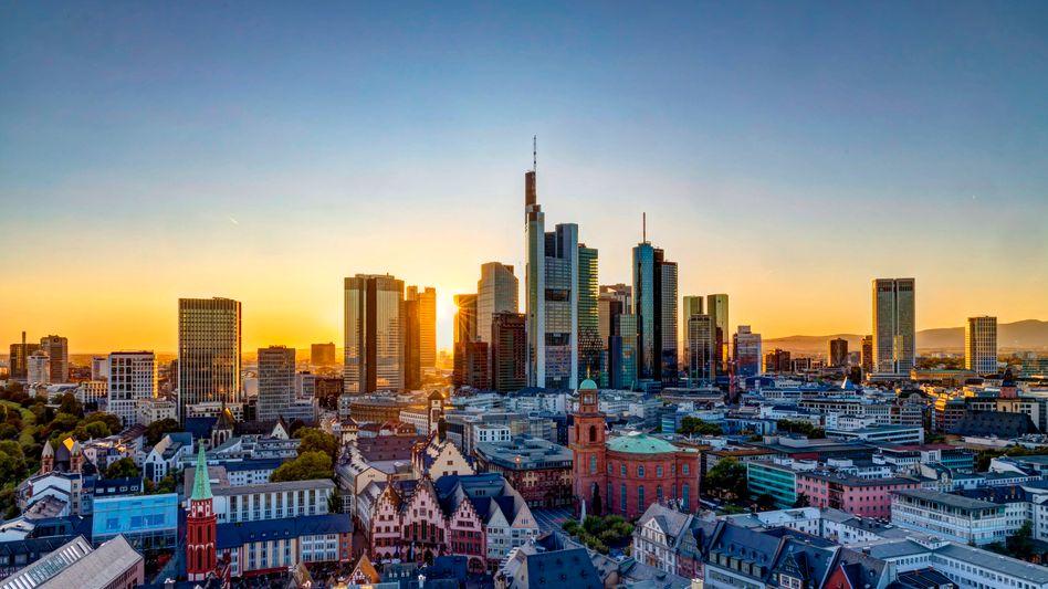 Strafzinsen schrecken Kunden ab: Banken und Sparkassen (im Bild das Bankenviertel von Frankfurt) stehen in der Kritik
