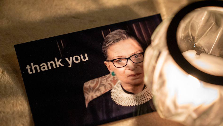 Dankeskarte vor dem Supreme Court: Nach Bekanntwerden ihres Todes versammelten sich vor dem Gericht in Washington hunderte Trauernde.