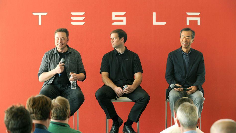 War da was? Nach ihrem Kursrutsch vom Freitag legt die Aktie von Tesla wieder deutlich zu. Elon Musk (links) hat gut lachen
