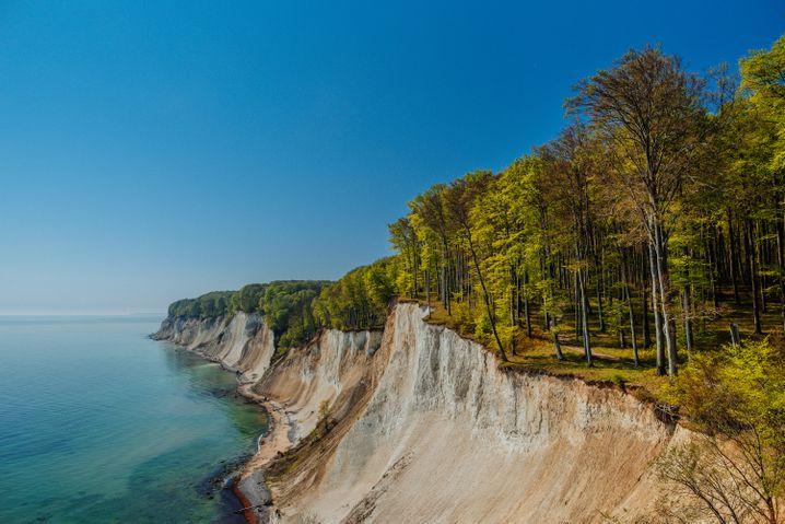 Rügens berühmte Kreidefelsen sind nicht die einzige Sehenswürdigkeit, die Urlauber auf die Ostsee-Insel locken.
