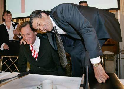 Sitzt auch noch mit im Boot: Haim Saban (r.), Chef der Investorengruppe German Media Partners, umarmt den Vorstandsvorsitzenden der Axel Springer AG, Mathias Döpfner