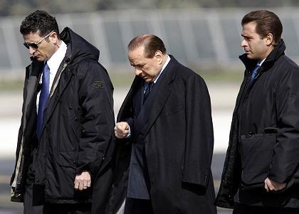 Berlusconi und Leibwächter auf dem Flughafen Campino: Außer sich vor Wut über den Vorfall