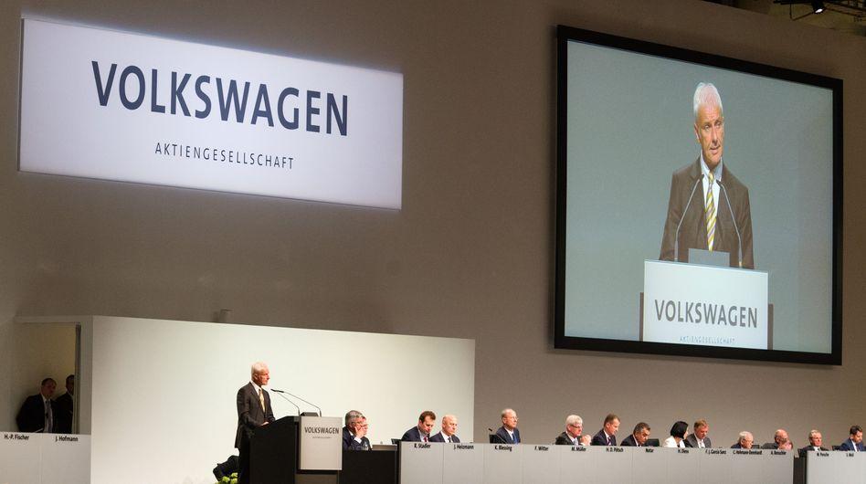 Übermächtig: Solange die Familien Porsche und Piech sowie Großaktionär Katar hinter ihm stehen, kann VW-Matthias Müller die Kritik der Privatanleger in Ruhe abtropfen lassen. Die Macht bleibt in der Familie