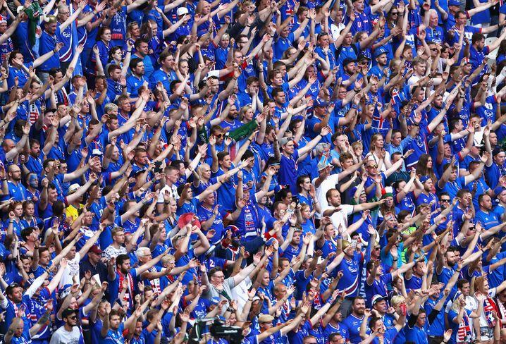 Isländische Fans bei der EM 2016: Damals wurde der isländische Schlachtruf »Húh« sogar von den Fans anderer Länder imitiert
