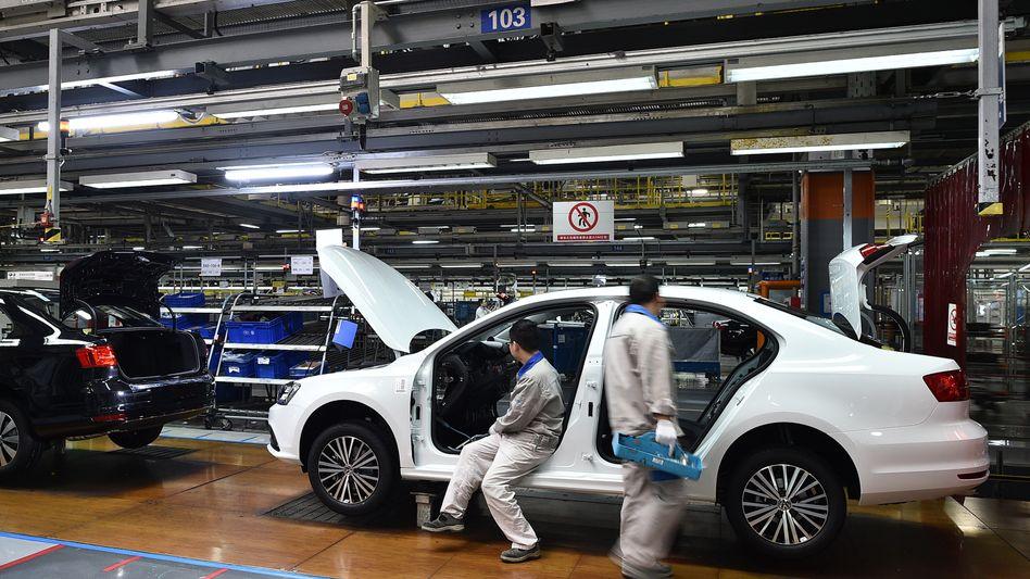 Verkaufsschlager: Arbeiter bauen einen VW Jetta im FAW-Volkswagen-werk in Chengdu zusammen
