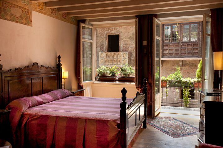Von einigen Zimmern aus haben Gäste direkten Blick auf Julias Balkon.