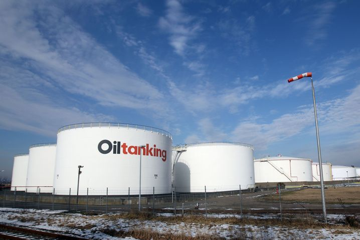 Hanseatisch zurückhaltend, aber verstecken können sie sich nicht: Öltanks von Marquard & Bahls im Hamburger Hafen