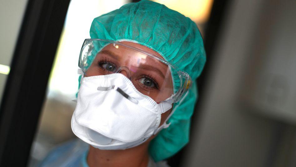 Begehrter Schutz: Krankenschwester mit Atemschutzmaske