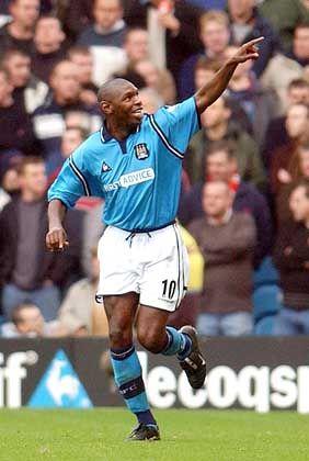 Manchester City, Platz 16 (im Vorjahr nicht platziert) mit 104,2 Millionen Euro Einnahmen: Shaun Goater feiert sein 3:1-Tor in der Premiership-Begegnung mit Manchester United im November 2002