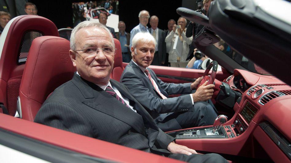 Da sitzt er nicht so gern: VW-Konzernchef Martin Winterkorn auf dem Beifahrersitz eines Porsche Boxster S, neben Porsche-Chef Matthias Müller.