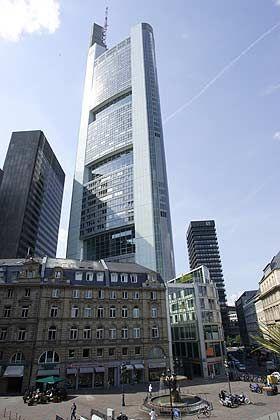 """Späte Trennung: Noch hat die """"Altbank"""" aus Vorkriegszeiten ihre Postadresse bei der Commerzbank-Zentrale - nun will der Dax-Konzern sein Vorgängerinstiutut auflösen."""
