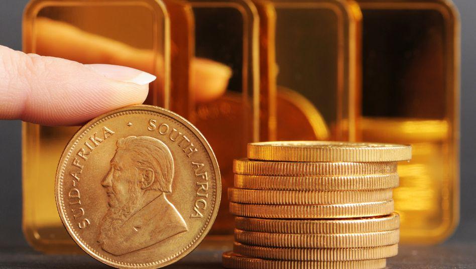 Goldbarren und -münzen: Der Kauf des Edelmetalls liegt aktuell im Trend - doch es gibt Nachteile