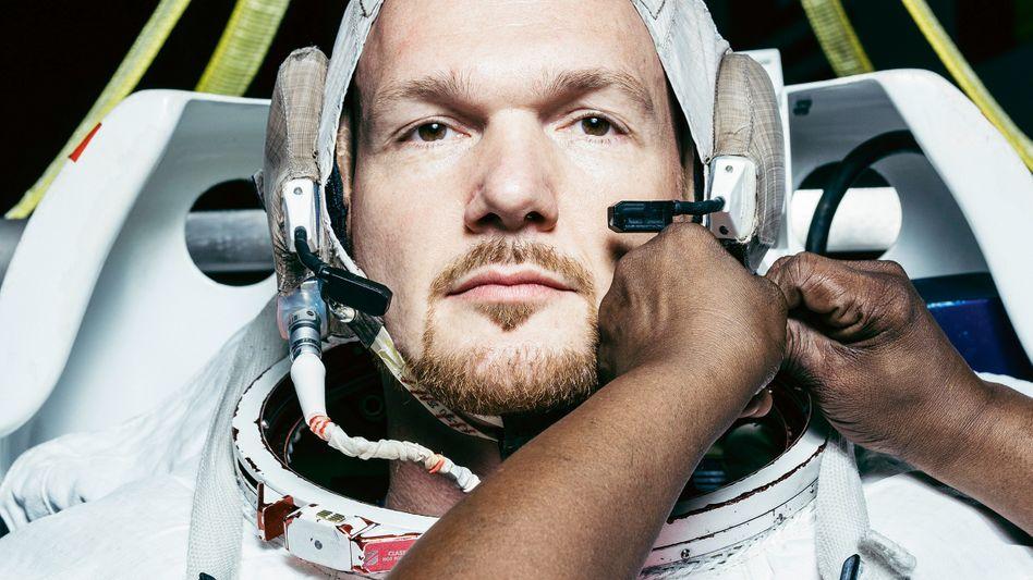 """Der italienische Fotograf Mattia Balsamini begleitete 2017/18 die Vorbereitung der ISS-Mission """"Horizons"""". Auf diesem Bild wird Astronaut Alexander Gerst sich auf einen Tauchgang vorbereitet, um das Arbeiten in der Schwerelosigkeit zu trainieren"""