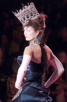 Kecke Krone: Dem Habitus der Kleidung entsprechend verrutscht der Kopfschmuck lasziv