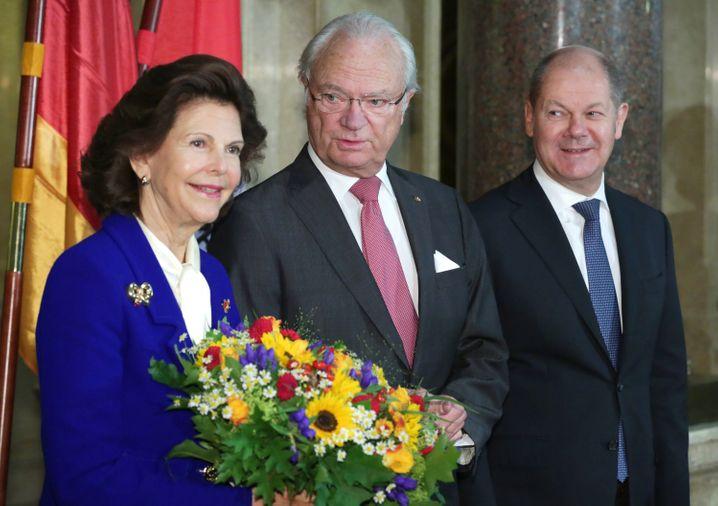 Waren im Oktober zu Gast in Hamburg: König Carl Gustaf und Königin Silvia von Schweden, hier mit Hamburgs Erstem Bürgermeister Olaf Scholz (rechts). Weihnachten wird mit den Enkeln im Schloss gefeiert.
