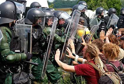 Eskalation: Polizisten drängen Demonstranten vom Zaun zurück