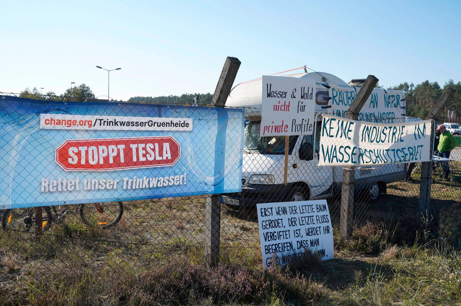 Banner mit Protesten gegen die Gigafactory am Tag der offenen Tür in der Tesla Gigafactory 4. Grünheide, 09.10.2021 ***