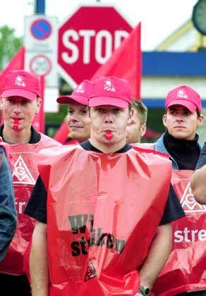Pfeifen für die 35-Stunden-Woche: Gewerkschafter beim Autozulieferer ZF Getriebe in Brandenburg