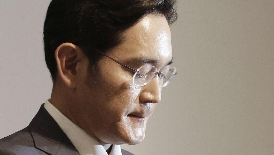 Bemerkenswerte Entschuldigung: Lee Jae Yong, derzeit noch Vize und künftig wohl Chef des südkoreanischen Großkonzerns Samsung, bittet die Bevölkerung und Familien von Mers-Opfern um Entschuldigung. Die meisten Fälle der Mers-Erkrankungen werden mit Fehlern einer Klinik des Konzerns in Verbindung gebracht