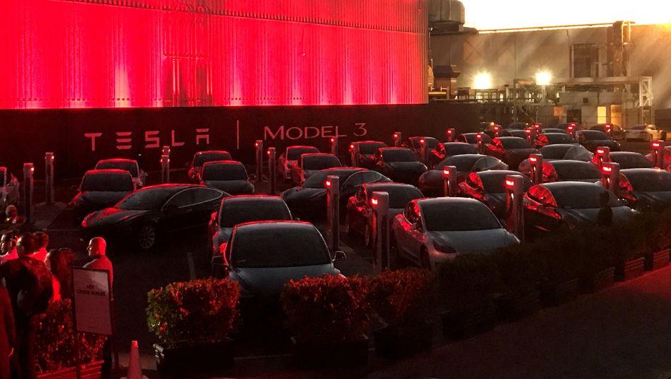 Tesla Model 3: Elektroautos vor der Tesla-Fabrik in Fremont