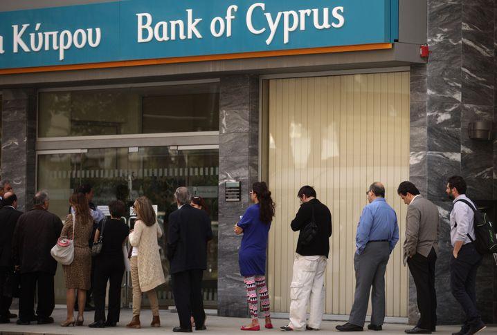 Zypern und Banken: Schlagzeilen machte eher der Banken-Run des Jahres 2013, als Menschen versuchten, ihr Erspartes zu retten.