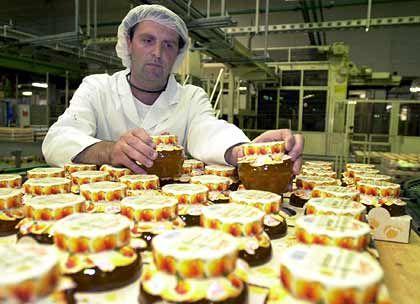 Vorbereitung für die Lieferung an die Kunden: Ein Mitarbeiter kontrolliert die Marmeladenproduktion