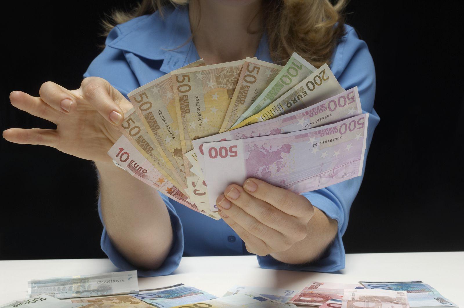 NICHT MEHR VERWENDEN! - Frau zählt Geld / Geldscheine / Euroscheine / Banknoten