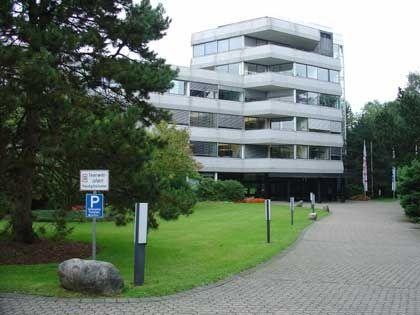Unternehmenssitz in Siegburg: Halbcharmanter 70er-Jahre-Bau auf parkähnlichem Grundstück
