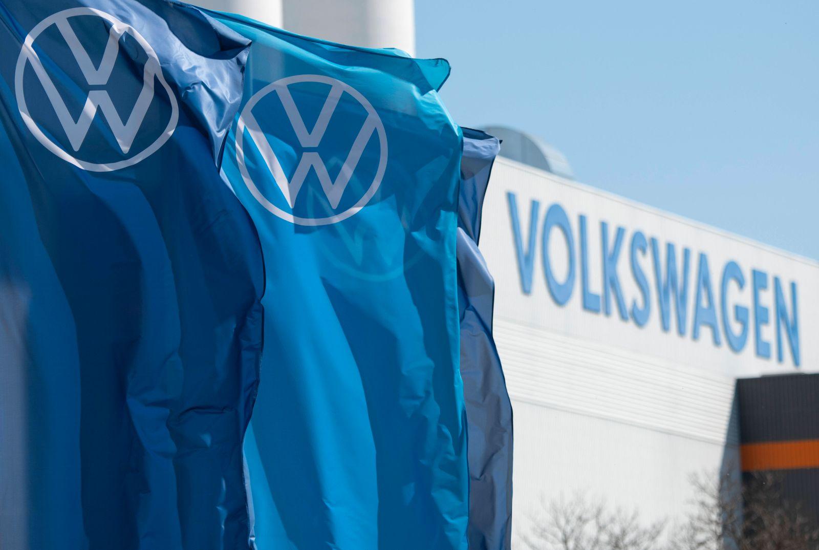 Fahnen mit dem Firmenlogo wehen vor dem Volkswagen Werk am 23.04.2020 in Mosel bei Zwickau. search: Deutschland Germany