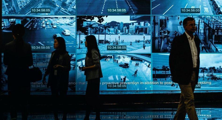 CHINESE HIGH-TECH Huawei ist sehr stolz auf seine Produkte. Hier werden westliche Journalisten durch einen Showroom in Shenzhen geführt.