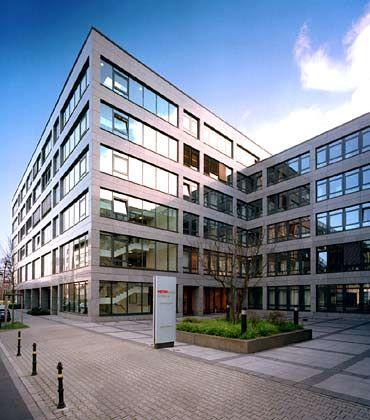 Klare Strukturen: Die neue Zentrale des Handelskonzerns Metro wurde im Jahr 2001 fertig gestellt. Für die Architektur verantwortlich zeichnet das Düsseldorfer Büro Eller und Eller. Die Kosten für den Bau beliefen sich auf rund 30 Millionen Euro.