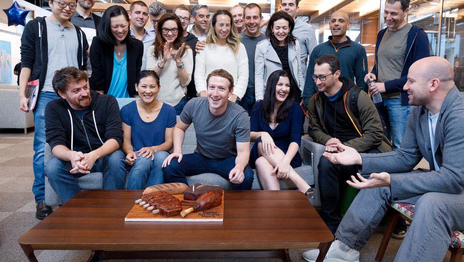 Facebook-Gründer Mark Zuckerberg (vorn in der Mitte) mit der Führungsriege des Netzwerks