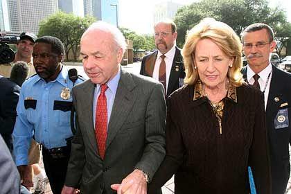 Heiße Phase des Verfahrens:Der ehemaligeEnron-Chef Lay und seine Frau beim Verlassen des Gerichtsaals