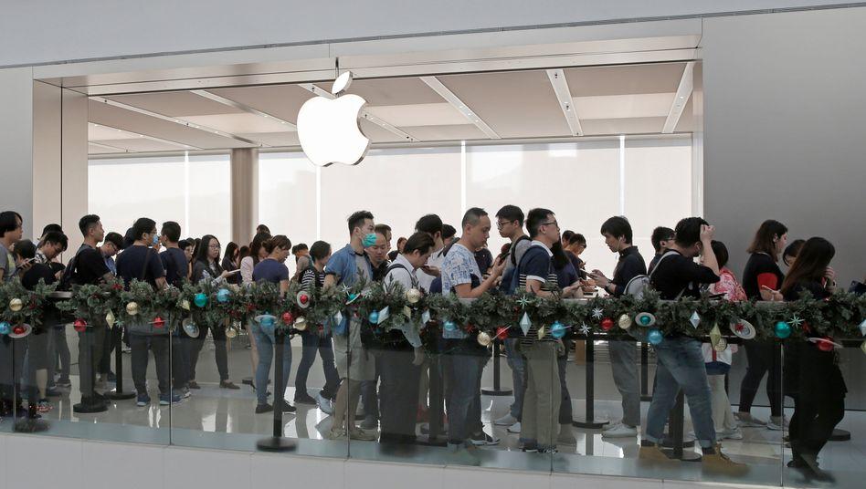 Kunden vor Apple-Store in Hongkong: Gewinn und Umsatzprognose über Erwartungen, Aktie auf Rekordhoch