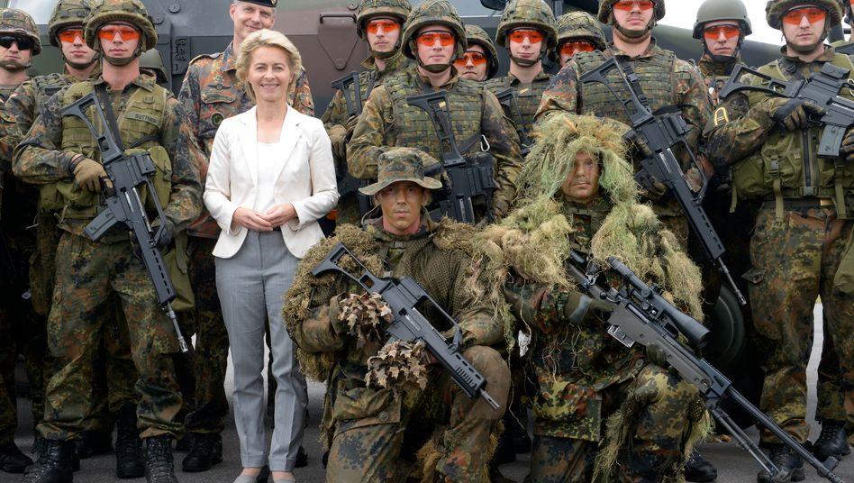 Noch-Bundesverteidigungsministerin von der Leyen: Das BMVg brauchte rund 8 Monate für die Besetzung neuer Stellen - bei von der Leyen selbst dürfte es schneller gehen
