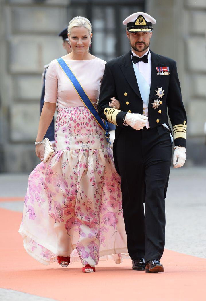 Kronprinz Haakon mit seiner Kronprinzession Mette-Marit in vollem Ornat (voriges Jahr bei der Hochzeit von Schwedens Kronprinz Carl Philip und Sofia Hellqvist in Stockholm)
