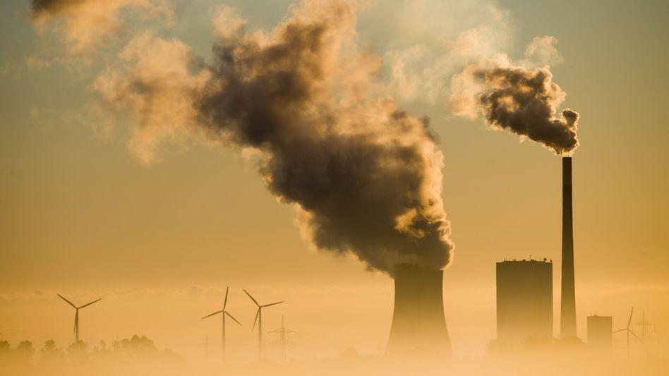 Rauchende Schlote: In der frühen Phase der Industrialisierung galten sie als Zeichen einer aufstrebenden Wirtschaft und als Garant für Arbeitsplätze - jetzt sind CO2-Emissionen für Verursacher eine kostspielige Angelegenheit