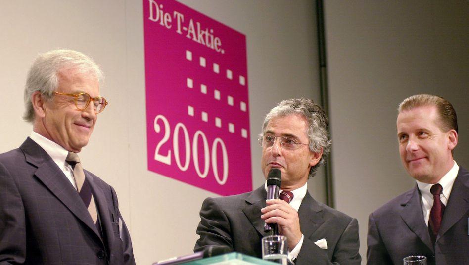 Volksaktie: Telekom-Chef Ron Sommer (Mitte) warb wortreich für die T-Aktie, die im Sommer 2000 zum Ausgabepreis von 66,50 Euro unters Volk gebracht wurde. Danach ging es steil abwärts