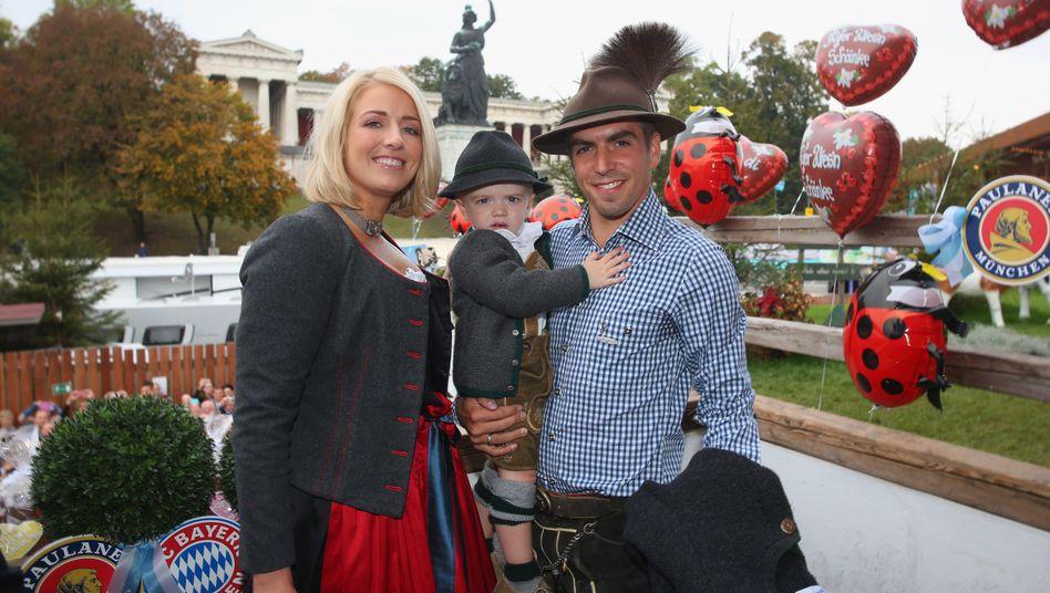 Vom Fußballer zum Unternehmer: Philipp Lahm, hier mit Ehefrau Claudia und Sohn Julian (Archivaufnahme von 2014)