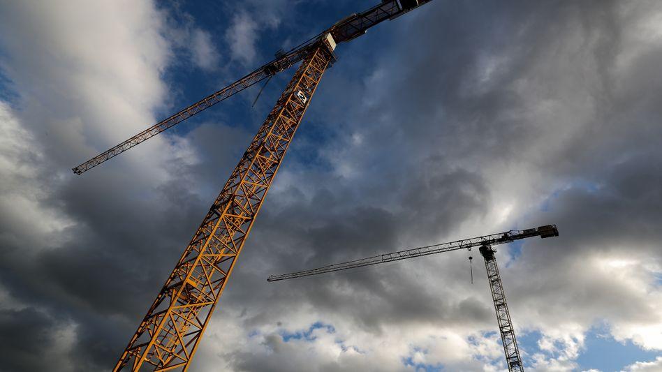 Die deutsche Wirtschaft ist im ersten Quartal deutlich gewachsen. Vor allem die Bauwirtschaft und der gestiegene private Konsum hätten zum Wachstum beigetragen, heißt es